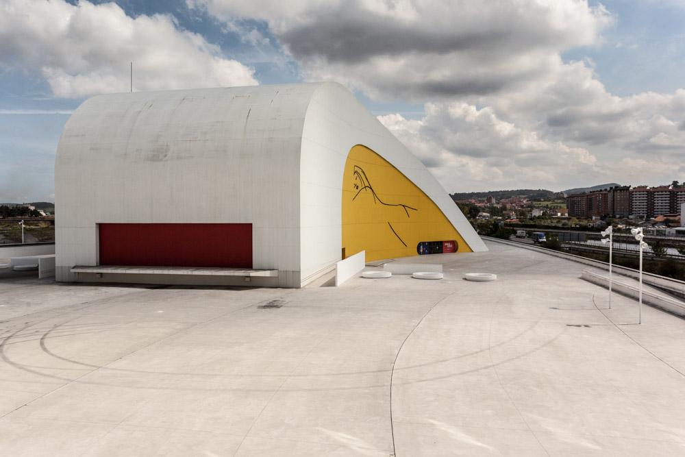Fotografía de uno de los edificios del complejo del Centro Cultural en el que destacan los colores amarillo y rojo sobre el resto blanco de la cubierta