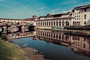 Fotografía del Ponte Vechio y la Galleria desde la otra orilla del río Arno