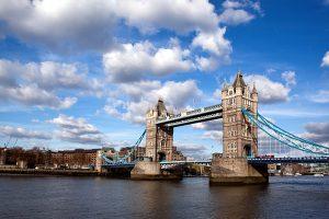 Fotografía del Puente de la Torre desde la orilla sur del río