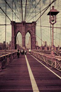 Fotografía del puente de Brooklyn que muestra la convergencia de los cables en la torre más cercana a Manhattan