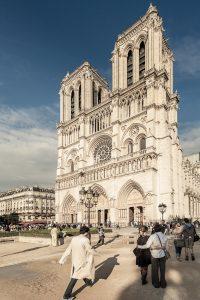 Fotografía de la fachada principal de la Catedral iluminada por el sol del atardecer