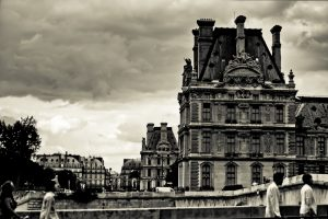 Fotografía en blanco y negro que muestra las torres más adelantadas del museo desde la otra orilla del río