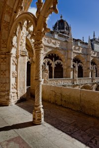 Fotografía del detalle de uno de los ángulos del claustro con una rica decoración