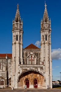 Fotografía de la entrada del museo que es parte del antiguo Monasterio de los Jerónimos,