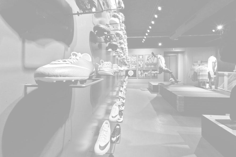 Perspectiva de gran tienda de deportes con zona dedicada al fútbol