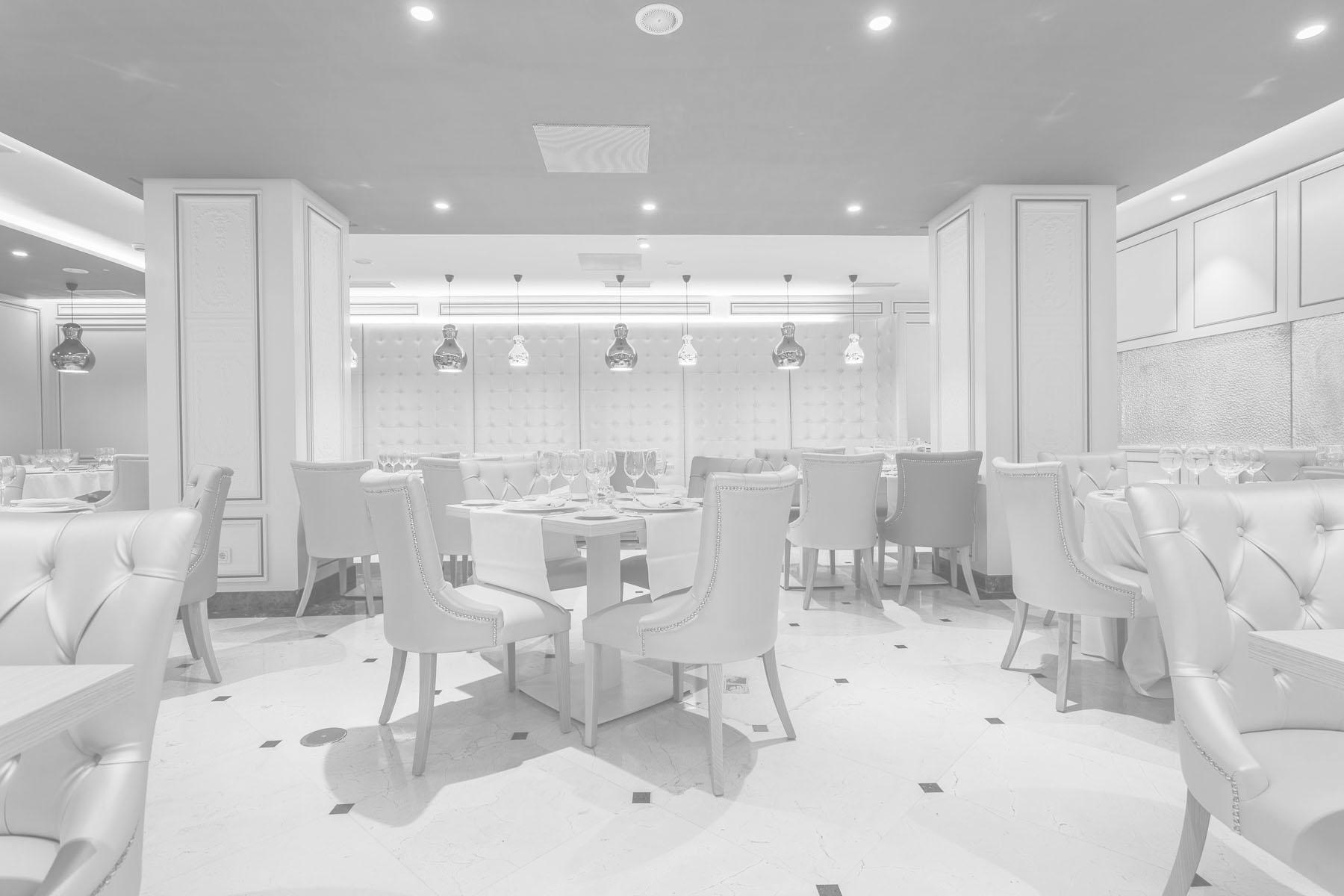 Sala de restaurante lista para dar el servicio de comida