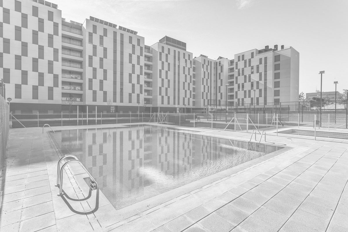 Zonas comunes de promoción residencial con la piscina en primer plano
