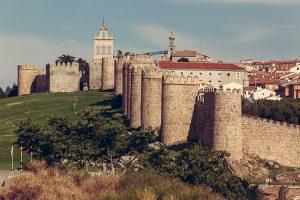 Vista del recorrido norte de la muralla destacando en la zona superior la espadaña sobre las almenas