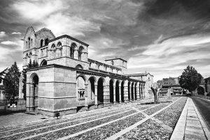 Fotografía en blanco y negro de la Basílica desde el ángulo suroeste.