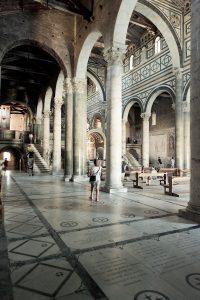 Fotografía del interior de la basílica desde una de las naves laterales