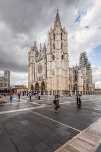 Fotografía de la catedral desde uno de los extremos, apreciándose parte de la plaza