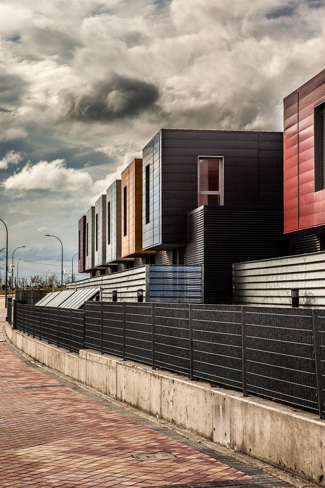Fotografía de grupo de viviendas unifamiliares con fachada en distintos colores y con urbanización común