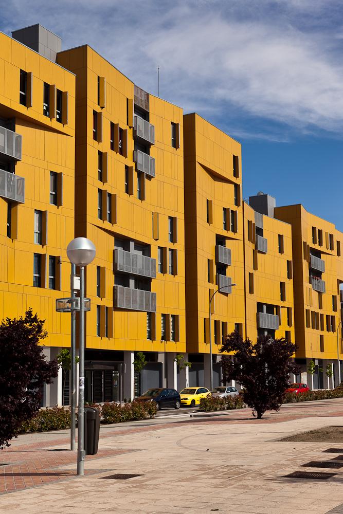Fotografía de edificio de viviendas sociales de nueva arquitectura y tonos amarillos