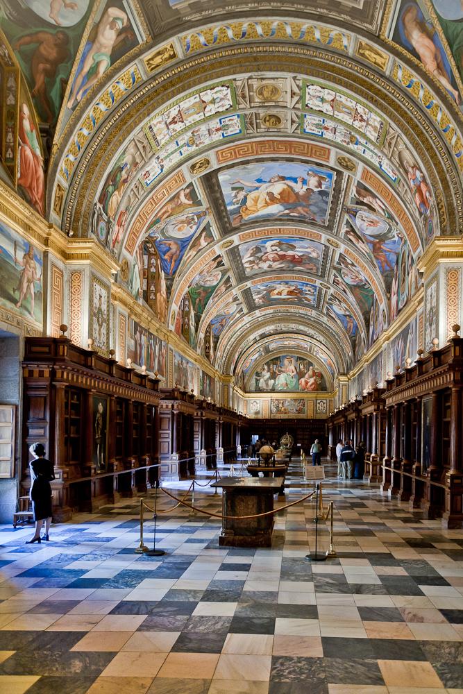 Fotografía desde uno de los extremos de la biblioteca donde se aprecian los frescos de la bóveda
