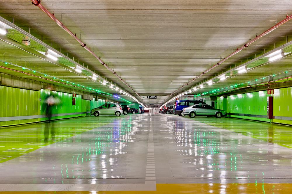 Fotografía de nuevo aparacamiento público subterráneo de estilo moderno y colores desenfadados en tonos verdes.