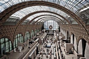 Fotografía panorámica de la nace central del museo -la antigua zona de vías de la estación- desde la zona superior del fondo opuesto a la entrada.