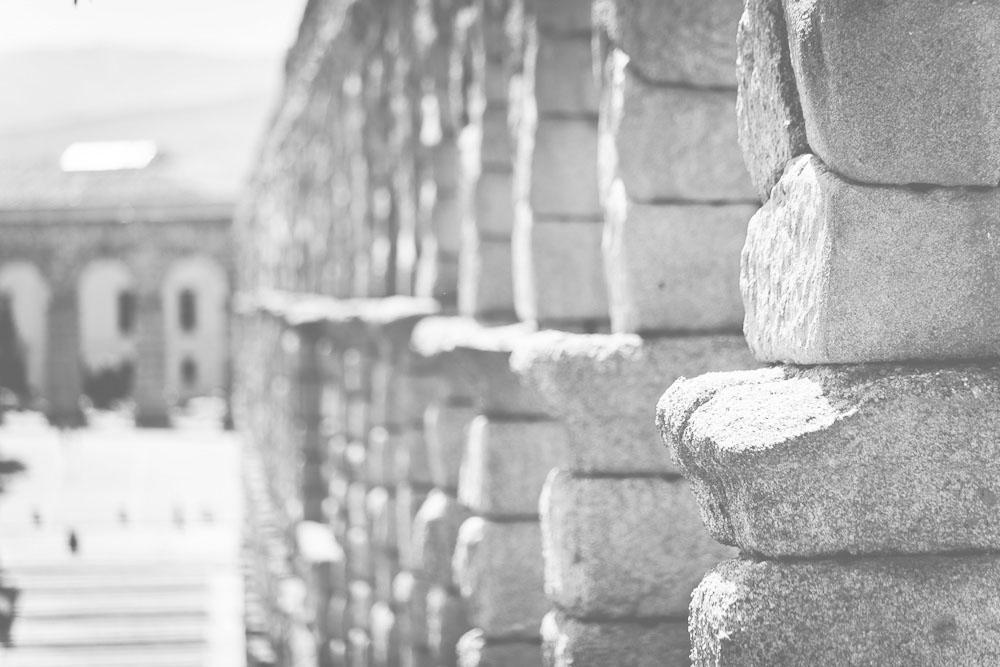 Perspectiva del Acueducto de Segovia desde el extremo norte, diluyéndose a medida que se aleja