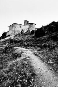 Fotografía de uno de los caminos que llevan a la ermita que sobresale en la parte superior en la cima del monte