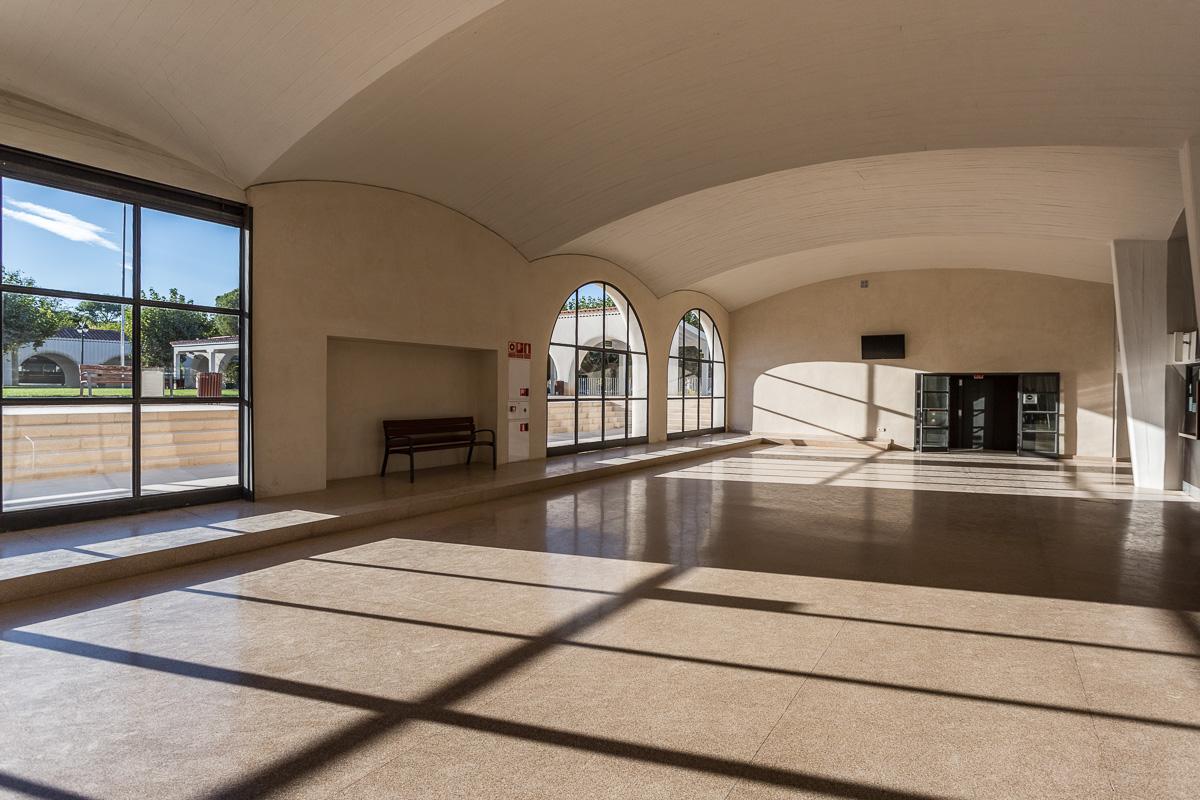 Vestíbulo con grandes ventanales y altos techos abobedados correspondiente a la zona de apuestas del Hipódromo de la Zarzuela