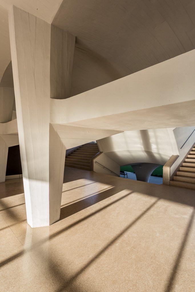 Fotografía del detalle del trabajo del hormigón en interior de las tribunas del Hipódromo con las escaleras de acceso al fondo