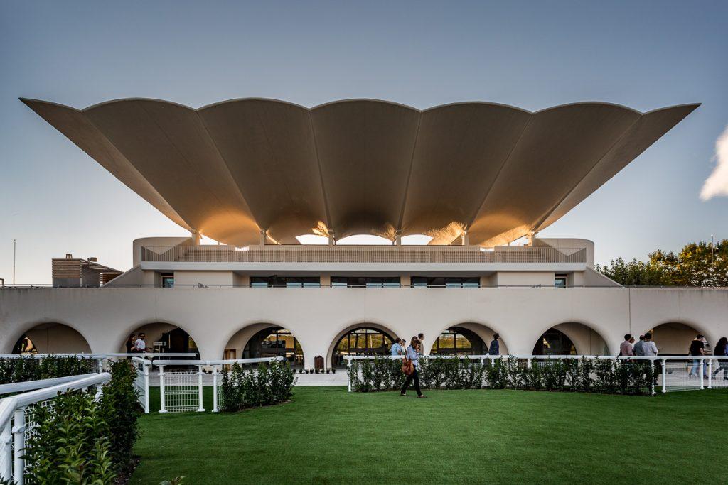 Vista frontal de una de las tribunas del ingeniero Torroja en el Hipódromo de la Zarzuela, Madrid