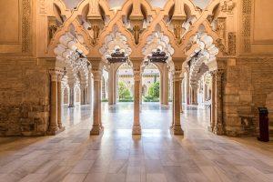 El Palacio de la Aljafería, en Zaragoza, fue construído en el s. XI como residencia de los reyes hudíes. Está considerado Patrimonio de la Humanidad por la UNESCO y fue galardonado con los Premios Europa Nostra